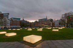 Hamburg, Deutschland - 24. Januar 2014: Ansicht an den belichteten Bänke von Domplatz in Hamburg am Abend Stockbild