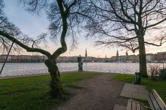 Hamburg, Deutschland - 27. Januar 2014: Ansicht am inneren Alster See, Rathaus, Jungfernstieg, Ballindamm am Abend Lizenzfreie Stockfotografie