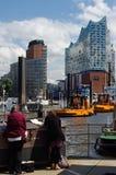 HAMBURG, DEUTSCHLAND - 18. JULI 2015: Ansicht von Hamburg vom Hafenplatz, Hamburg ist die zweitgrösste Stadt in Deutschland und i Lizenzfreie Stockfotografie