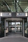 HAMBURG, DEUTSCHLAND, AM 27. JULI 2016: Eingang zum Fluggastterminal mit Abfertigung am internat Lizenzfreie Stockfotografie