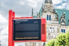 Hamburg, Deutschland - 14. Juli 2017: Elektronische Zeichenvertretung, dass die Bushaltestelle Rathausplatz nicht gedient werden  Lizenzfreie Stockfotografie