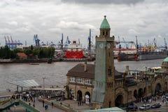 Hamburg, Deutschland - 13. Juni 2018: Ansicht am Hafen von Hamburg und von Werft nannte Blohm + Voss am Tageslicht Lizenzfreie Stockbilder