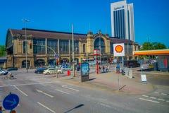 HAMBURG, DEUTSCHLAND - 8. JUNI 2015: Dammtor-Bahnstation mit vielen Leuten, Autos draußen an einem sonnigen Tag Lizenzfreies Stockbild