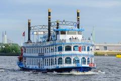 Hamburg, Deutschland - 11. Juni 2014: Mitgliedstaat Louisiana Star ein eventship, das in Hamburg-Hafen kreuzt Lizenzfreie Stockfotos