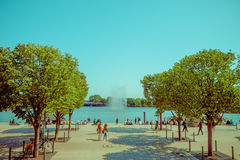 HAMBURG, DEUTSCHLAND - 8. JUNI 2015: Mitten in den Bäumen beendet ein Bürgersteig in einem Wasserspritzen, Anziehungskraft in Ham Lizenzfreie Stockfotos