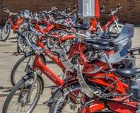 Hamburg, Deutschland, am 6. Juni , 2018: Viele roten Mietfahrräder mit roten Rahmen und schwarze Sattel, absichtlich niedrige Sch lizenzfreies stockbild