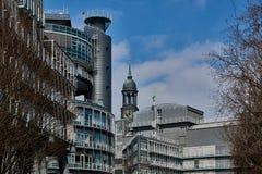 HAMBURG, DEUTSCHLAND - 26. MÄRZ 2016: Ansicht bei Gruner und Jahr haben des Gebäudes und des Turms des berühmten Michel herein Lizenzfreie Stockfotos