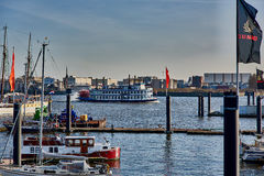 HAMBURG, DEUTSCHLAND - 26. MÄRZ 2016: Berühmtes Dampfschiff mit Touristen überschreitet durch den Jachthafen von Hamburg auf dem  Lizenzfreie Stockfotos