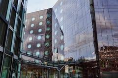 HAMBURG, DEUTSCHLAND - 27. MÄRZ 2016: Das berühmte Tanzen-Turmbürogebäude reflektiert die Gebäude der anderen Seite von Lizenzfreie Stockfotos