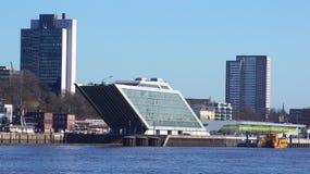 HAMBURG, DEUTSCHLAND - 8. März 2014: Docklandbürogebäude, dank sein Schiff formen, das Sechsgeschossbürogebäude Lizenzfreies Stockbild