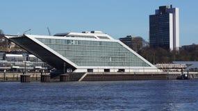 HAMBURG, DEUTSCHLAND - 8. März 2014: Docklandbürogebäude, dank sein Schiff formen, das Sechsgeschossbürogebäude Lizenzfreie Stockfotografie