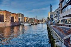 HAMBURG, DEUTSCHLAND - 26. MÄRZ 2016: Hafenstadt kombiniert altes mit neuer Architektur Stockfotos