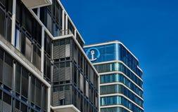 HAMBURG, DEUTSCHLAND - 26. MÄRZ 2016: Moderne Bürogebäudekontraste mit blauem Himmel Lizenzfreie Stockfotos