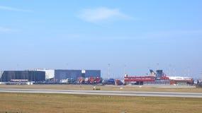 HAMBURG, DEUTSCHLAND - 9. März 2014: Parken Airbusses A380 an der Airbus-Fabrikseite am Flughafen Finkenwerder Lizenzfreies Stockbild