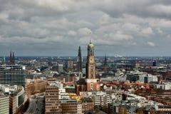 HAMBURG, DEUTSCHLAND - 27. MÄRZ 2016: Szenisches Panorama über der Stadt von Hamburg mit dem berühmten Michel Lizenzfreie Stockbilder