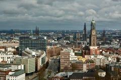 HAMBURG, DEUTSCHLAND - 27. MÄRZ 2016: Szenisches Panorama über der Stadt von Hamburg mit dem berühmten Michel Stockbild