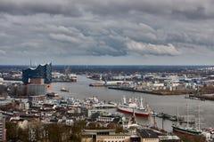 HAMBURG, DEUTSCHLAND - 27. MÄRZ 2016: Szenisches Panorama über Landungsbruecken, neuem Elbphilharmonie, Fluss Elbe und Docks here Stockfotografie