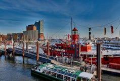 HAMBURG, DEUTSCHLAND - 26. MÄRZ 2016: Tourist genießen das warme Wetter und die Seeatmosphäre am Jachthafen von Hamburg mit Stockfotos