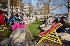 HAMBURG, DEUTSCHLAND - 26. MÄRZ 2016: Touristen und Besucher genießen Lebensmittel und Getränke in einer der szenischen Bars entl Lizenzfreies Stockbild