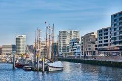 HAMBURG, DEUTSCHLAND - 26. MÄRZ 2016: Touristenbesuchsjachthafen der neuen Hafenstadt Stockbilder