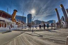 HAMBURG, DEUTSCHLAND - 26. MÄRZ 2016: Touristenbesuchsjachthafen der neuen Hafenstadt Lizenzfreie Stockfotografie