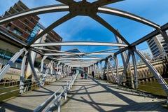 HAMBURG, DEUTSCHLAND - 26. MÄRZ 2016: Touristendurchlauf skywalk der neuen Hafenstadt Lizenzfreie Stockfotos