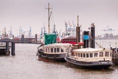 Hamburg, Deutschland - 1. März 2014: Zwei Oldtimer lbarges legen am Anker in Museumshaven Oevelgoenne Lizenzfreie Stockfotografie