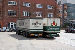Zwei Bier-LKWs stockfoto