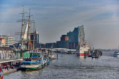 HAMBURG DEUTSCHLAND - 1. NOVEMBER 2015: Tausenden Touristen bevölkern die berühmte Hafenpromenade von Hamburg und genießen Stockbilder