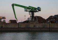 Hamburg, Deutschland Portkran mit Stapel des Altmetalls gegen die Glättung des Himmels Nahaufnahme lizenzfreies stockfoto