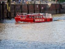 Hamburg, Duitsland - April 18, 2018: De maritieme pendeldienst van de cirkellijn verbindt Hafencity aan Ballin Stadt voor sightse Stock Foto