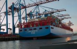 Hamburg, Duitsland Containerterminal in de avond stock foto's