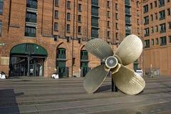 Hamburg, Duitsland - de Grote schroef-propeller vóór Internattional brengt in de war Stock Fotografie