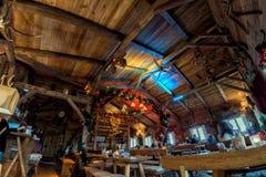 HAMBURG - DUITSLAND - Januari 1, 2015 - Kerstboom en mensen die lunch in houten cabine hebben Royalty-vrije Stock Fotografie