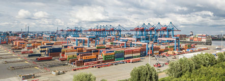 Hamburg, Duitsland - Juli 14, 2017: De hoogst geautomatiseerde containerterminal in Altenwerder is één van het modernst en Stock Afbeelding