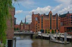 HAMBURG, DUITSLAND - JULI 18, 2015: het kanaal van de de Historische huizen en bruggen van Speicherstadt bij avond met het amaisi Royalty-vrije Stock Afbeelding