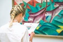 HAMBURG, DUITSLAND - 9 JULI 2017: Het museum van Hamburg van art. Jungvrouw op het schilderen tentoonstelling Royalty-vrije Stock Fotografie