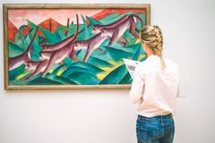 HAMBURG, DUITSLAND - 9 JULI 2017: Het museum van Hamburg van kunst Jung-bewondert de vrouw het schilderen Royalty-vrije Stock Afbeeldingen