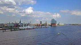 Hamburg/Duitsland - Juli 14, 2017: Het vliegen over de rivier Elbe naar Elbphilharmonie stock video