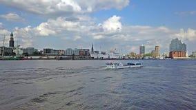 Hamburg/Duitsland - Juli 14, 2017: Het vliegen over de rivier Elbe naar Elbphilharmonie terwijl de boot door overgaat stock video