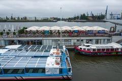 Hamburg, Duitsland - Juni 25, 2018: De boten in het Landungsbruecken-district in Hamburg stock foto's