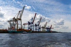 Hamburg, Duitsland - Juni 11, 2016: kranen en een containerschip binnen Stock Afbeeldingen