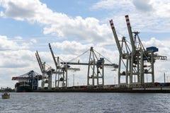 Hamburg, Duitsland - Juni 11, 2016: kranen en een containerschip binnen Royalty-vrije Stock Fotografie