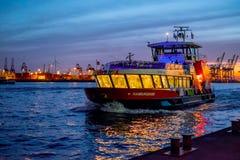 HAMBURG, DUITSLAND - MAART 8, 2015: Havenveerboot bij de nacht, Hamburg, Duitsland op 20 Maart, 2014 Stock Foto's