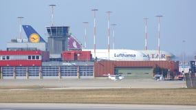 HAMBURG, DUITSLAND - MAART NEGENDE, 2014: Luchtbusa380 parkeren aan de kant van de Luchtbusfabriek bij de luchthaven Finkenwerder stock foto
