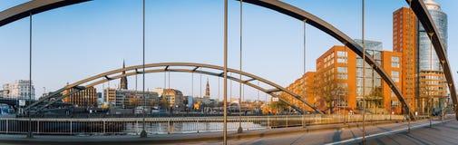 Hamburg, Duitsland - Mei 17, 2018: Panorama van Niederbaumbrucke-Brug in HafenCity, Speicherstadt, Hamburg Royalty-vrije Stock Foto