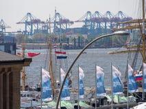 Hamburg, Duitsland - Mei 07, 2016: Tijdens de haven` s verjaardag, zijn er heel wat decoratieve golvende vlaggen en wimpels royalty-vrije stock foto