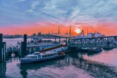 Hamburg, Duitsland - November 01, 2015: De toeristen schepen voor de laatste havenreis in bij de beroemde doorgangen van de haven stock afbeeldingen