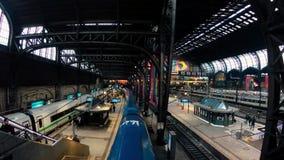 HAMBURG/GERMANY - февраль 2019: Занятая сцена на главном ж-д вокзале в Гамбурге сток-видео