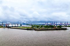 Hamburg hamn på floden Elbe, Tyskland Royaltyfria Bilder